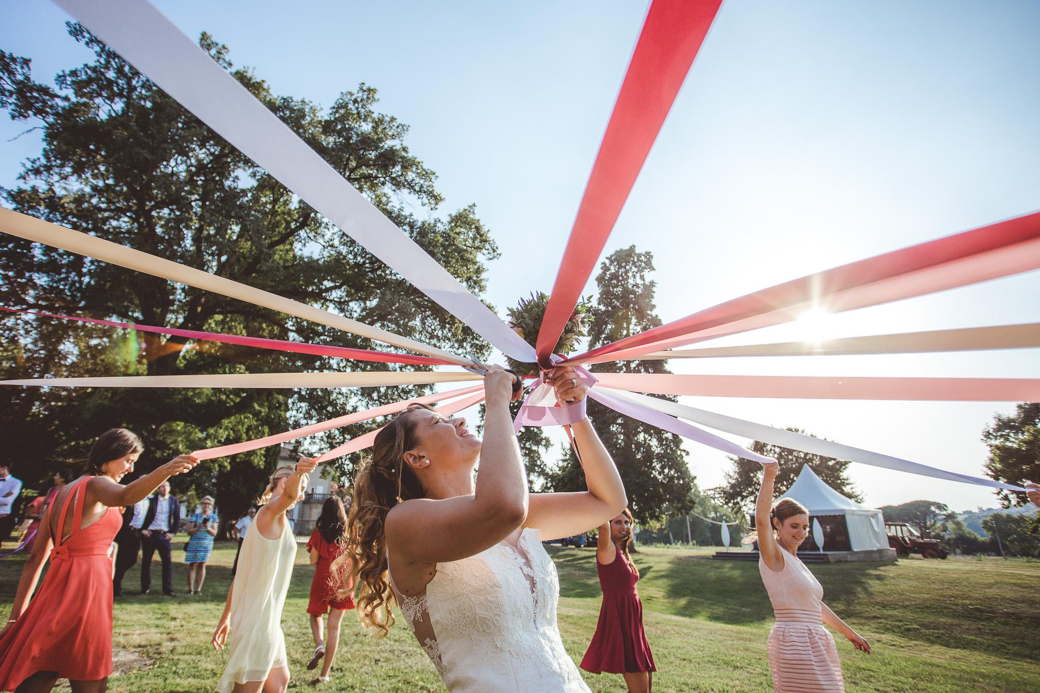 reportage marique photo jeu ruban bouquet fleur la mariee domaine de ronsac golden hour toulouse