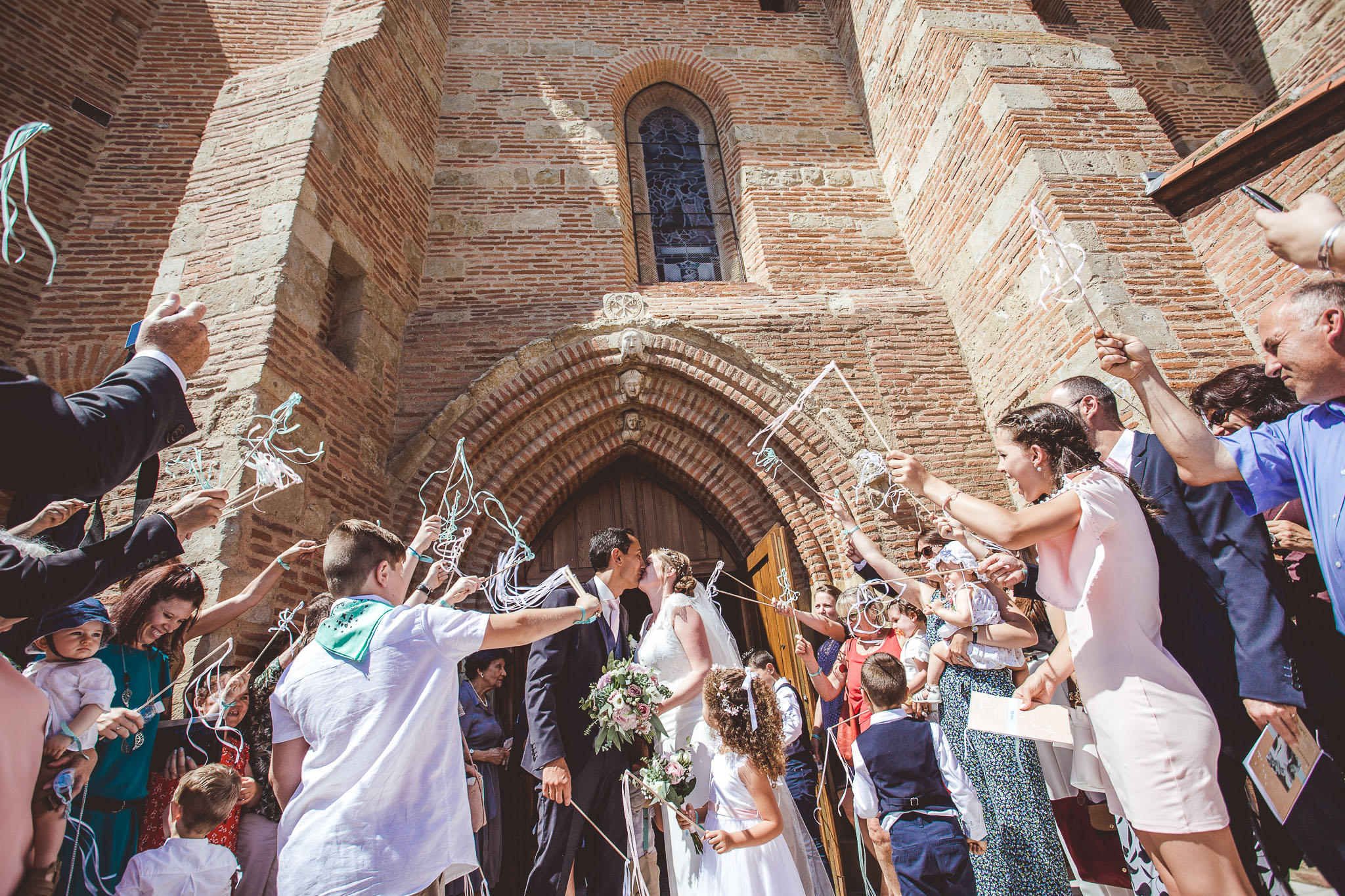 reportage mariage photo ceremonie catholique religieuse eglise sortie maries bisous toulouse