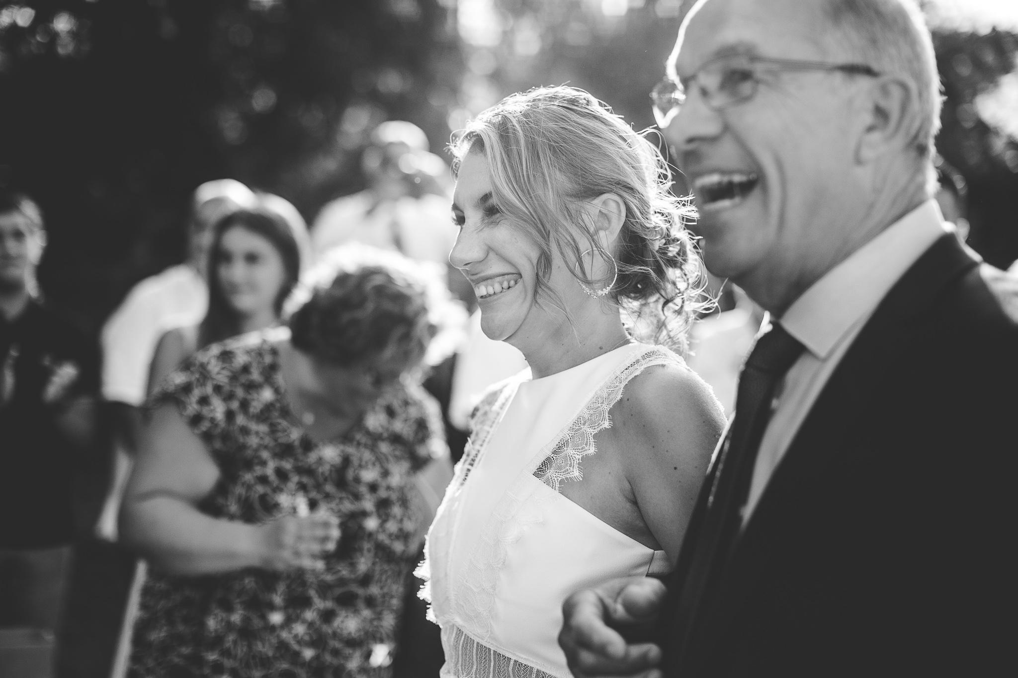 reportage mariage photo ceremonie laique exterieur pere et fille mariee avance allee moulin de nartaud toulouse