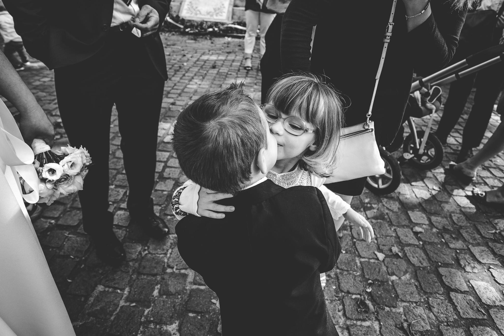 reportage mariage photo sortie eglise bisous enfants emotions sur l'instant rigolo toulouse