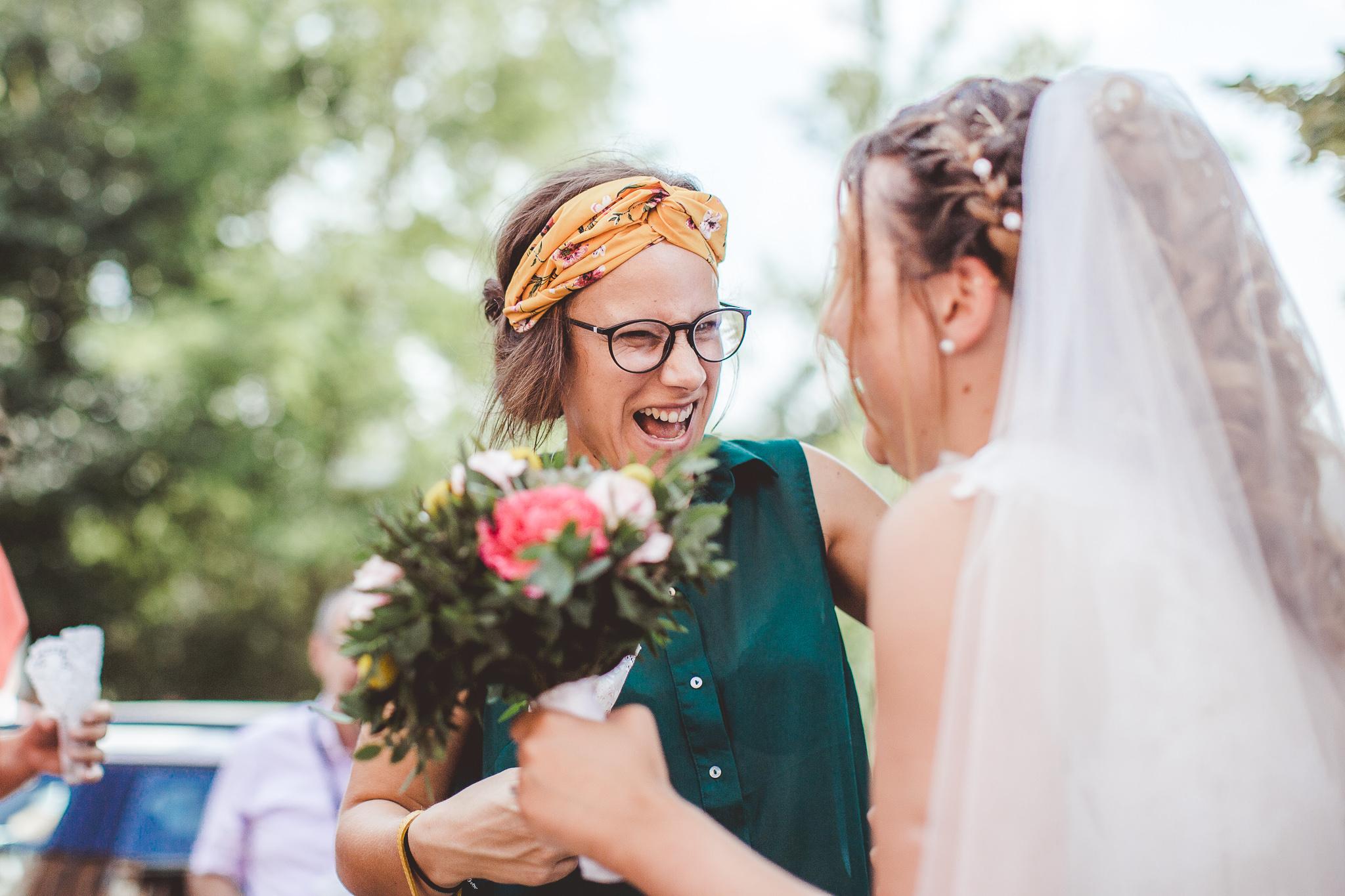 reportage mariage photo emotion instantane calins bisous sortie eglise ceremonie religieuse catholique bouquet de fleur toulouse