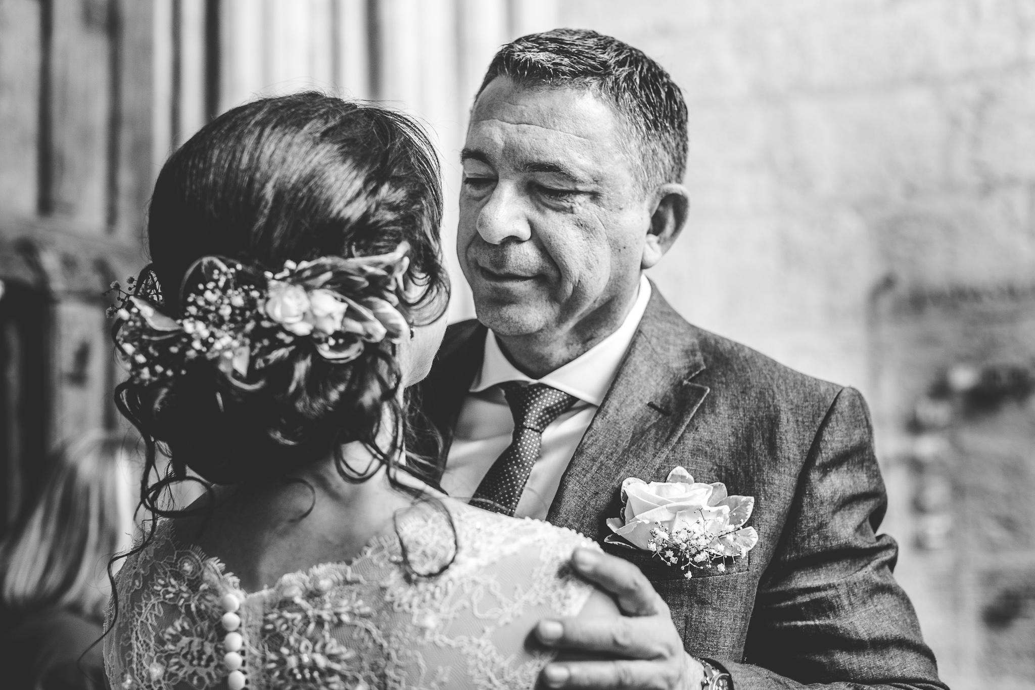 reportage mariage photo emotions instantane enfant grand parents calins bisous moment intime sortie eglise catholique pere et fille toulouse