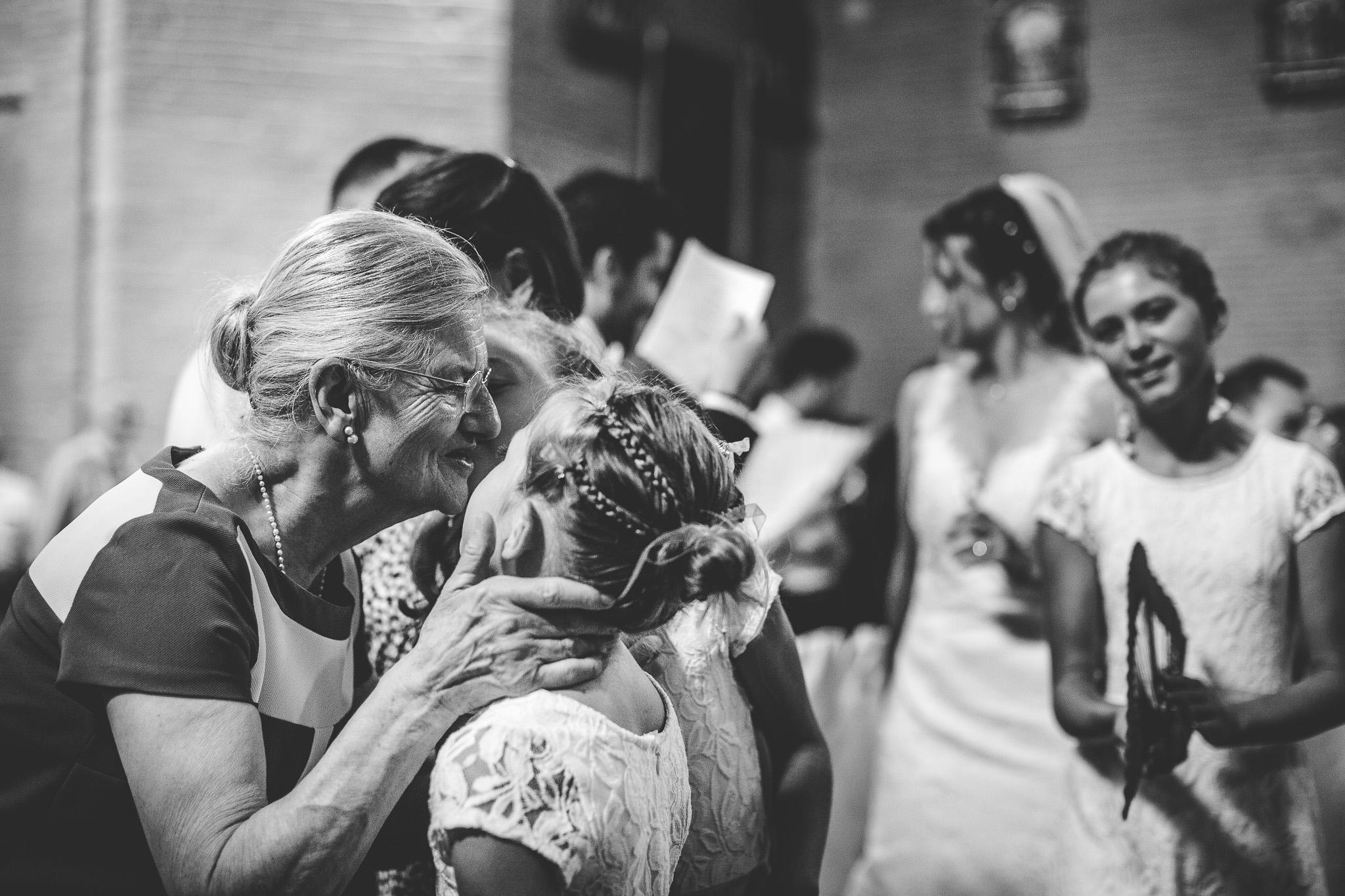 reportage mariage photo emotions instantane enfant grand parents calins bisous moment intime ceremonie religieuse eglise catholique paix du christ toulouse