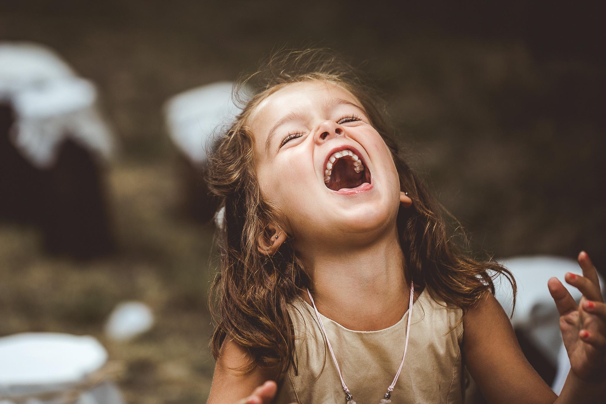 reportage mariage photo emotions instantane enfant rire aux eclats cocktails invites