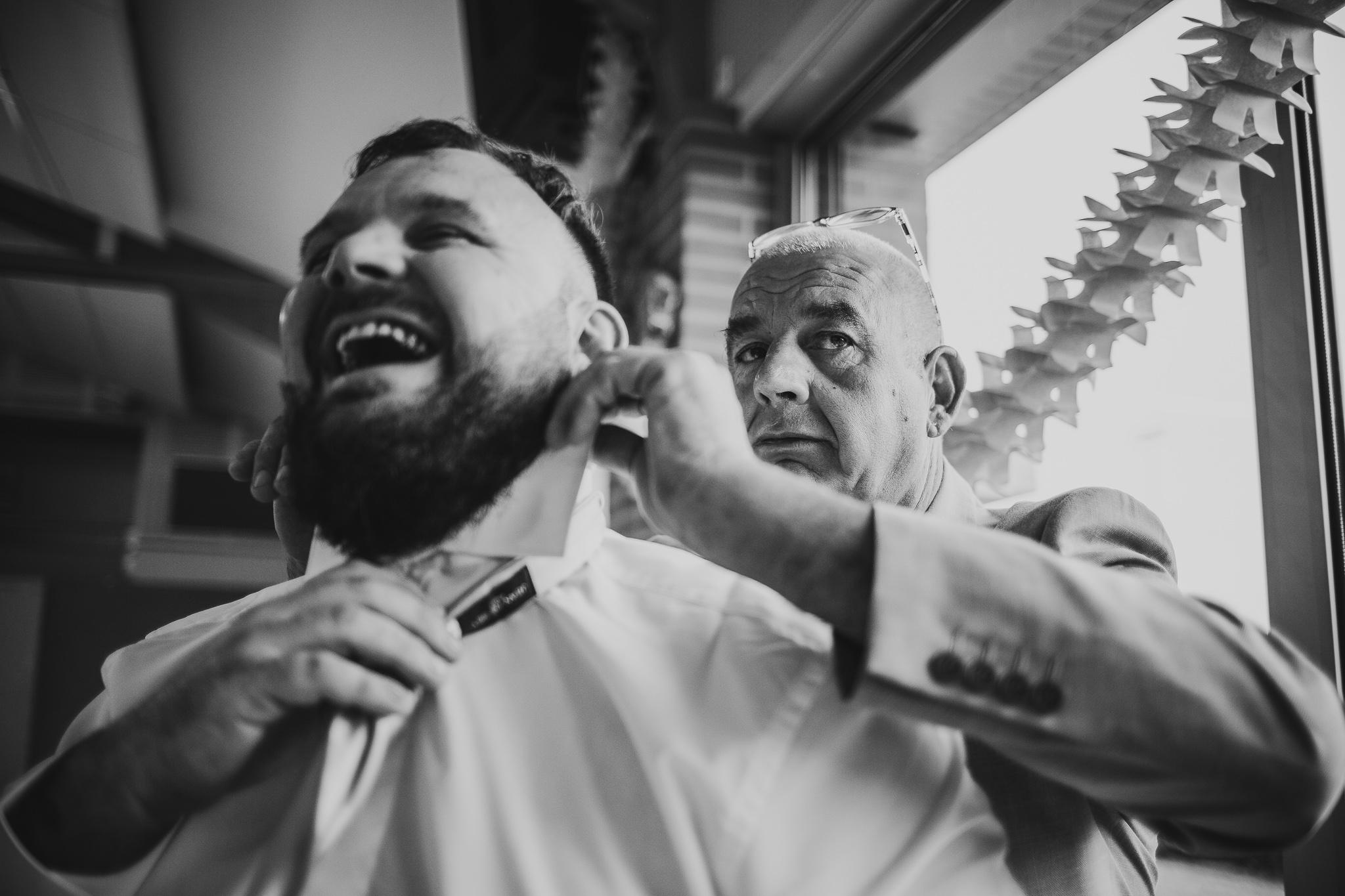 reportage mariage photo habillage preparatifs le marie pere et fils cravate fun serieux toulouse