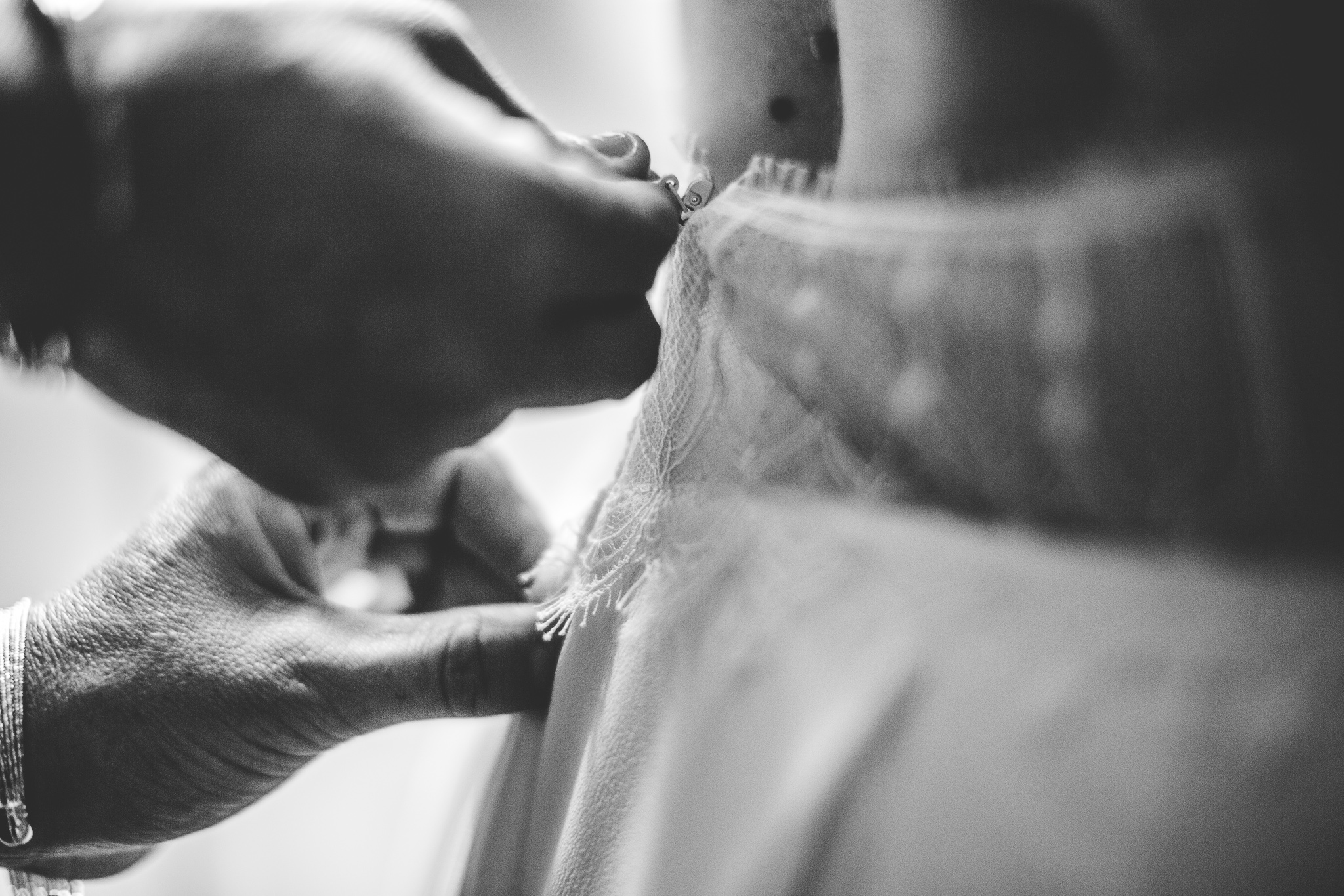 reportage mariage photo habillage preparatifs la mariee details robe collier chaussures toulouse