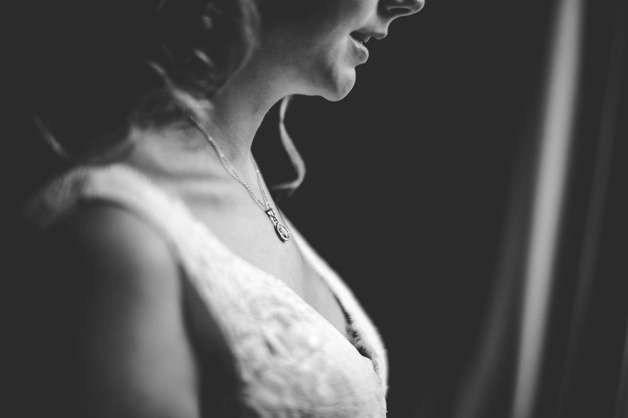 reportage mariage photo habillage preparatifs la mariee details robe collier chaussures mas tolosa plaisance du touch