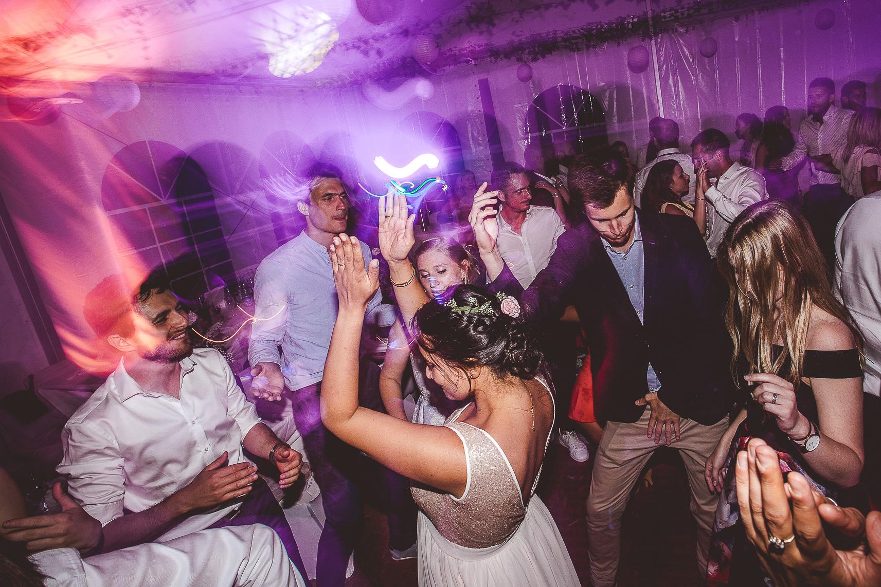 reportage mariage photo soiree dansante la mariee danse dj musique cognac vignes charente