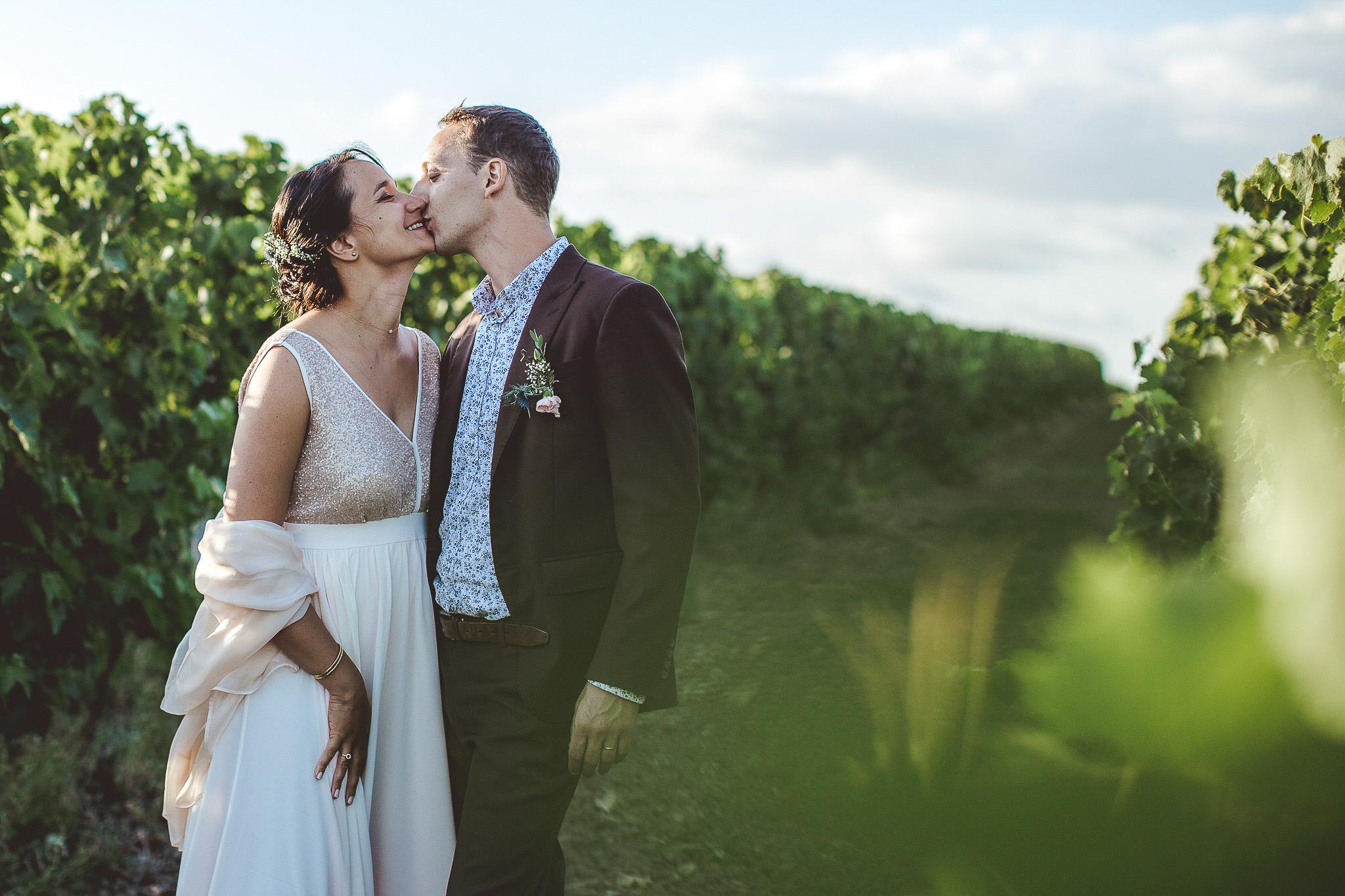 seance photo couple mariage cognac charente vignes domaine viticole giboin