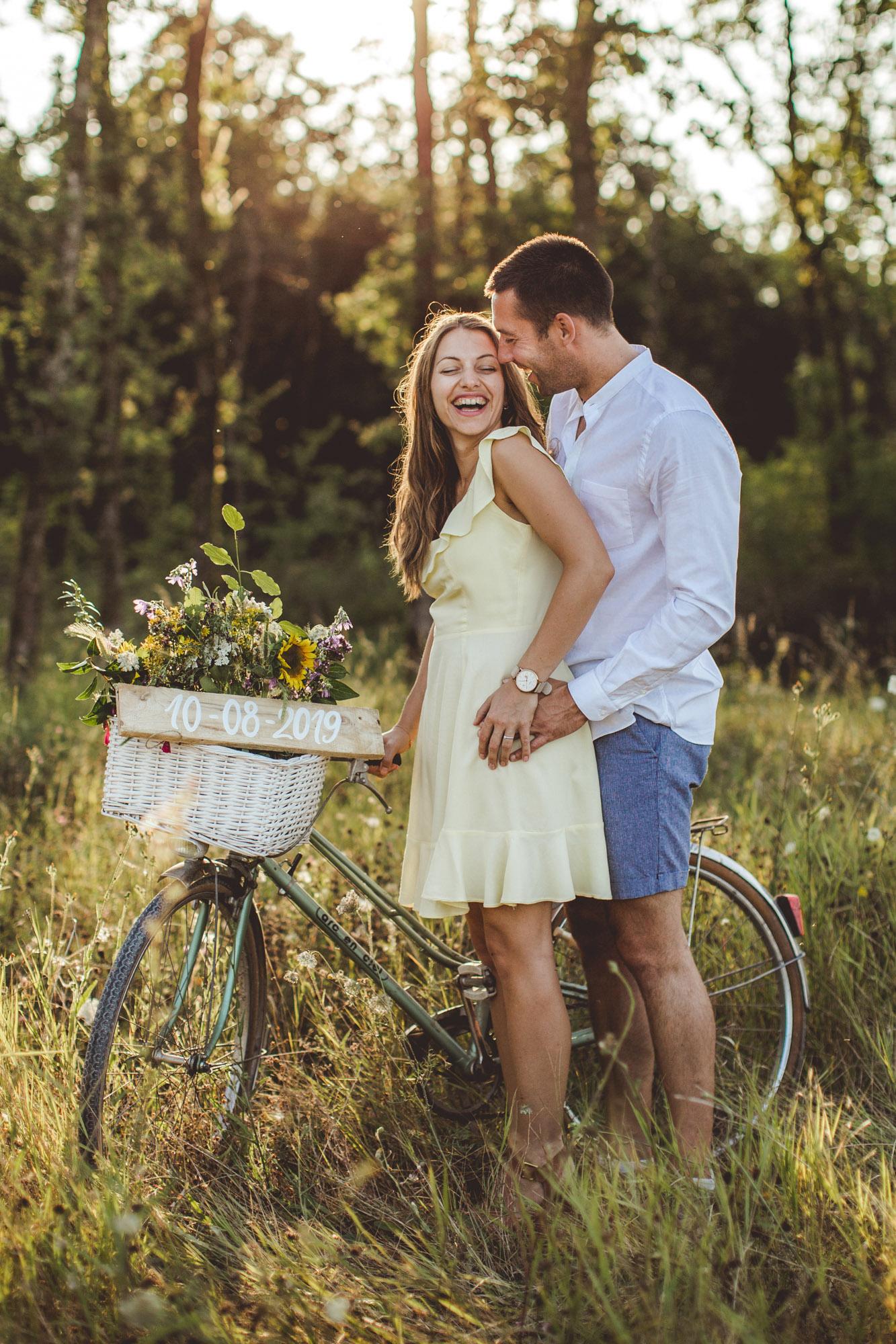 futurs maries pendant seance save the date a cognac dans vignes campagne foret a velo bicyclette