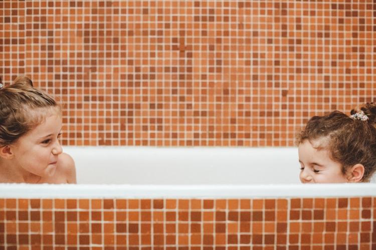 reportage quotidien documentaire famille toulouse soeurs bain maison rire complicite orange
