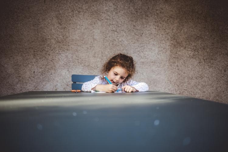 reportage quotidien photo original documentaire famille toulouse enfant soeurs loisir coloriage