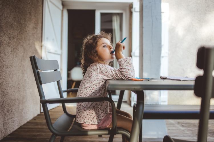reportage quotidien documentaire famille toulouse enfant soeurs loisir coloriage