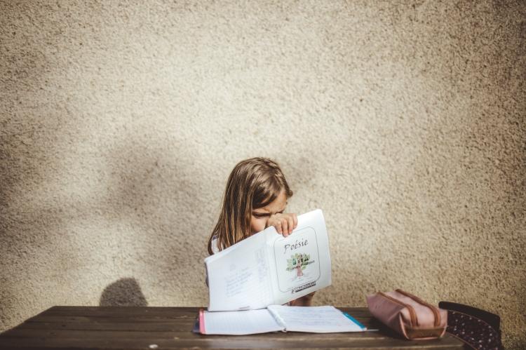 reportage quotidien documentaire famille toulouse enfant soeurs devoirs photo originale