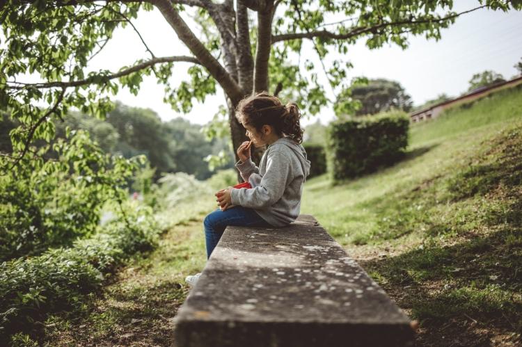 reportage quotidien documentaire famille toulouse enfant soeurs cerise jardin vieille toulouse