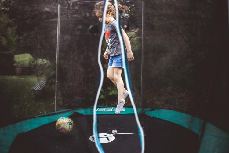 reportage photo quotidien documentaire vie famille enfant soeur jeu trampoline maison photo orginale a domicile toulouse