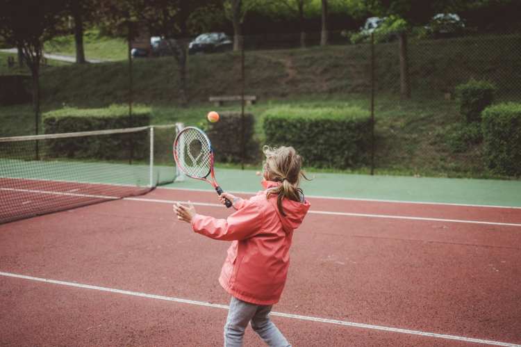 reportage quotidien photo documentaire vie famille soeur loisir tennis sport raquette vieille toulouse photo graphique coloree authentique spontanee