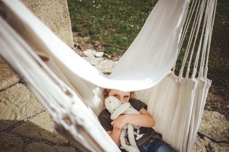 reportage photo quotidien documentaire vie famille enfant soeur jeu hamac maison photo orginale a domicile toulouse