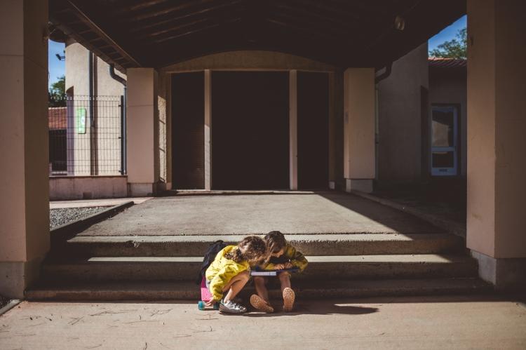 reportage quotidien photo documentaire vie famille soeur loisir kway jaune apres ecole cartable vieille toulouse photo graphique coloree authentique spontanee