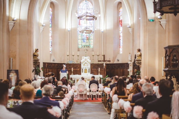 photo-mariage-eglise-maries-ceremonie-religieuse-sortie-eglise-emotion-ondes