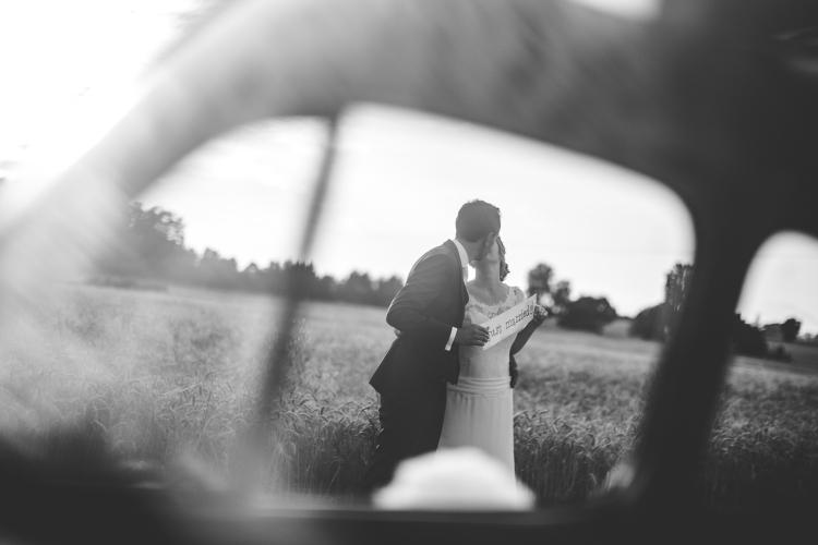 photo-couple-originale-voiture-mariage-amoureux-vintage-fiat500-chateau-de-launac