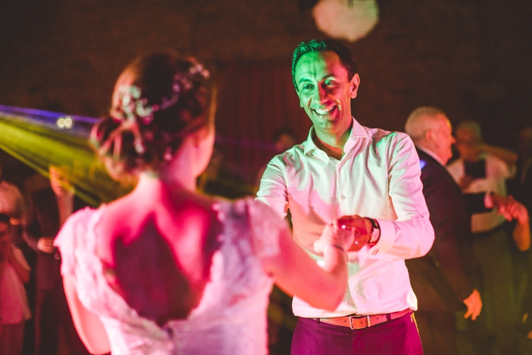 photo-mariage-soiree-dancefloor-animation-surprise-invités-emotions-rires-maries-premiere-danse-lieu-de-reception-chateau-de-launac